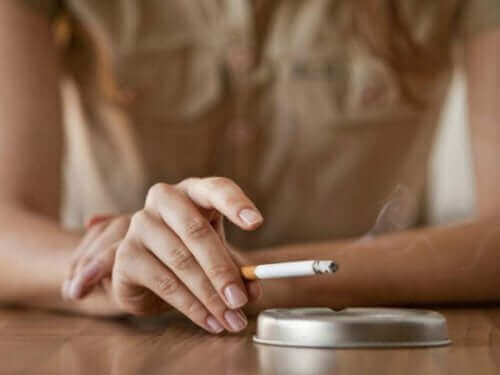 Снимка на пепелник и цигара