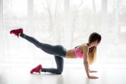 Една жена прави упражнения за укрепеване на седалищните мускули