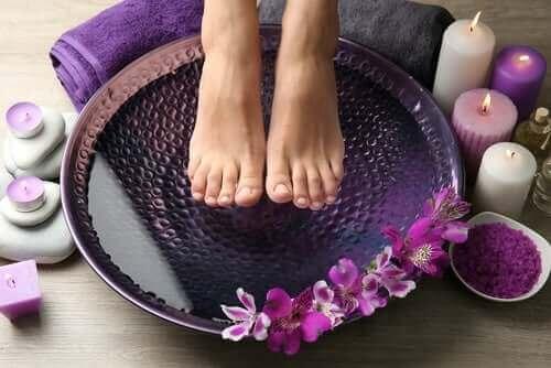 Снимка на стъпала в топла и студена вода