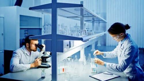 Учени изследват коронавируса