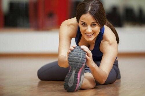 Млада жена прави упражнения за краката