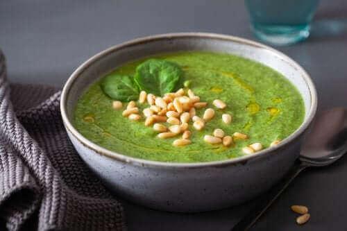 Зелена крем супа в купичка