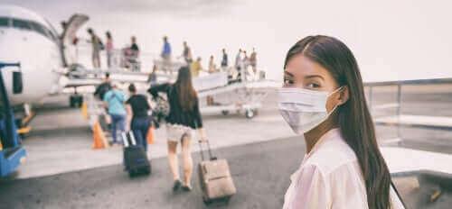 Карантината: жена с маска се качва на самолет