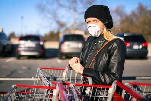Снимка на жена с маска при пазаруване