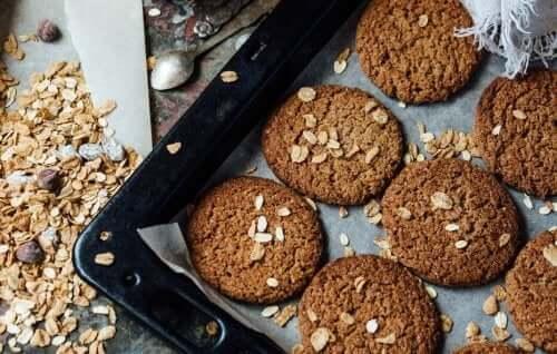 Бисквити без захар: бисквити с овесени ядки в една тава на фурната