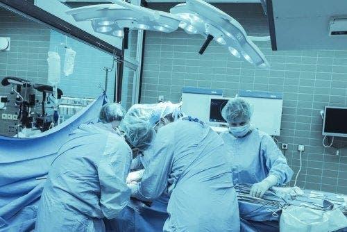 Хирурзи в операционна зала