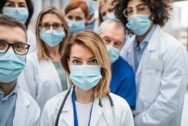 Защо толкова много здравни работници са инфектирани с коронавирус