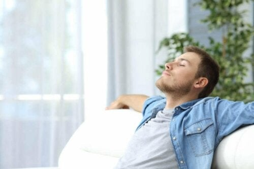 Мъж, седнал на диван и релаксира