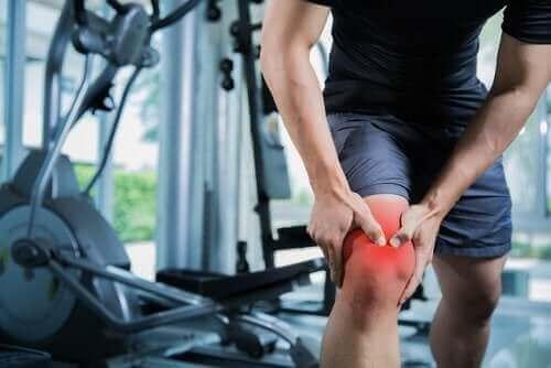 Мъж с разтягане на мускула над коляното