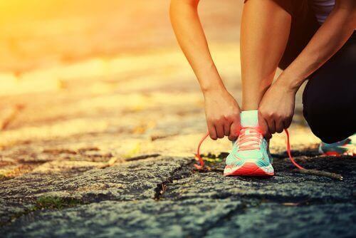 Спортист си връзва маратонките