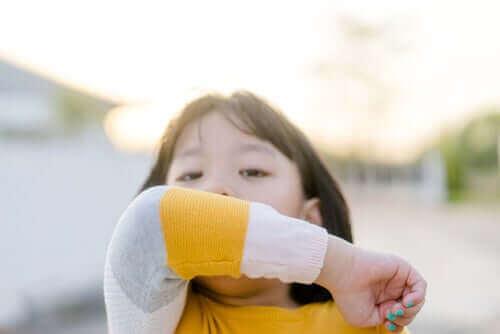 Коронавирусът при децата: момиче кашля