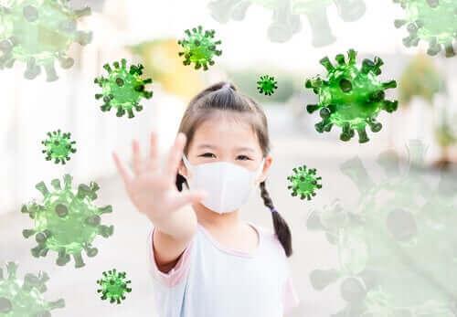 Момиче с маска, около него коронавируси