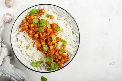 Нахут с ориз и зеленчуци в чиния