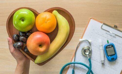 Как да подобрите диетата си: плодове в чиния, слушалка и лист