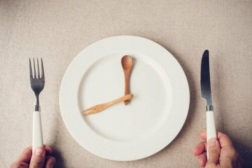 Как да ядете по-малко: бяла чиния празна, лъжица и вилица в чинията