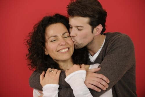 Мъж и жена се прегръщат