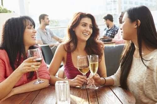 Да покажете на партньора: приятелки пият вино