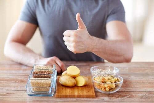 Полезните въглехидрати: мъж, седнал на маса и на нея има различни въгледрати