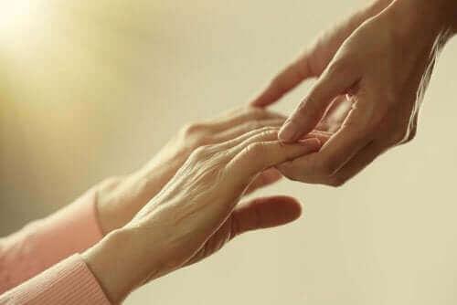 Снимка на ръце на жена и на мъж