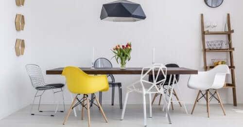 Всекидневна стая с различни видове столове