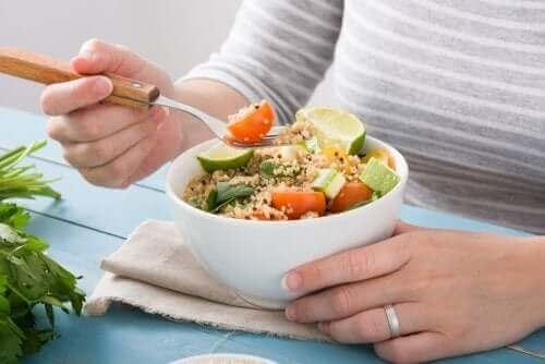Ако сте спортист вегетарианец: вегетарианска храна в бяла купа и една жена яде