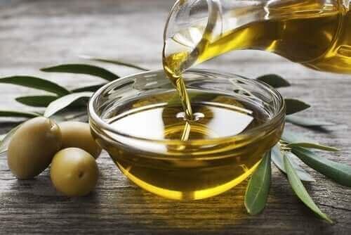 Зехтин в стъклена купичка и зелени маслини