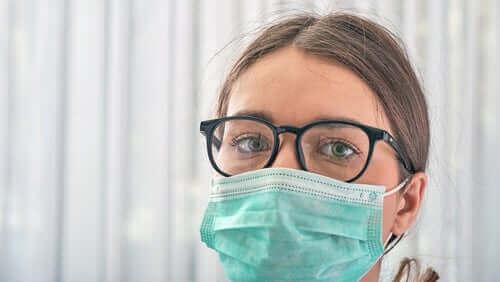 Лице на млада жена, с маска и очила