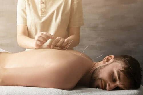 Как акупунктурата помага за лечение на болката в ставите?