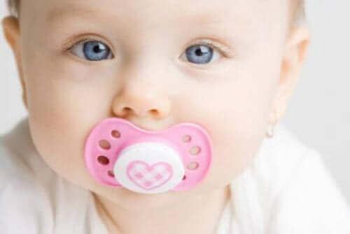 Снимка на личице на бебе момиченце с биберон