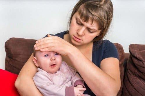 Бебе с температура и една жена, най-вероятно майката