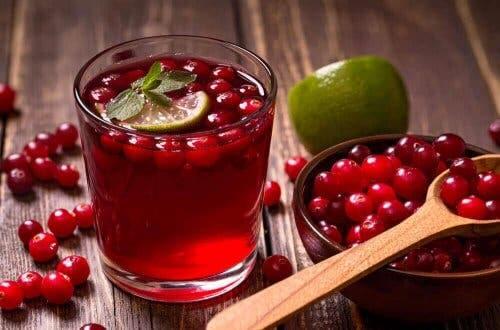 Интерстициален цистит: сок от червена боровинка в две чаши
