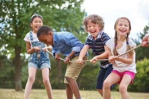 Съвместната игра при децата: 4 деца играят с въже