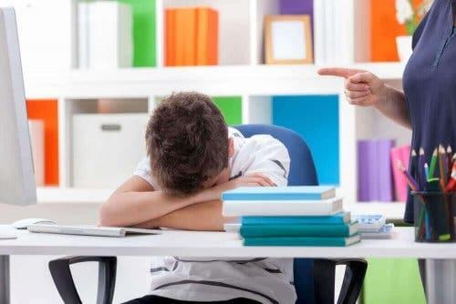 Педиатрични нарушения на съня: дете спи в час в училище
