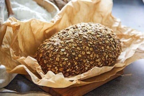 Хляб със семена в чиния
