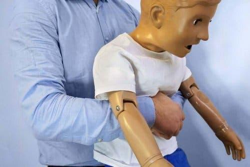 Методът на Хаймлих помага при задавянето на децата.
