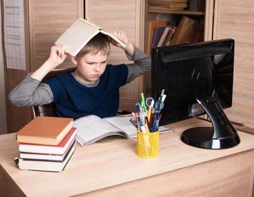 Опозиционно предизвикателно разстройство: снимка на момче, което учи