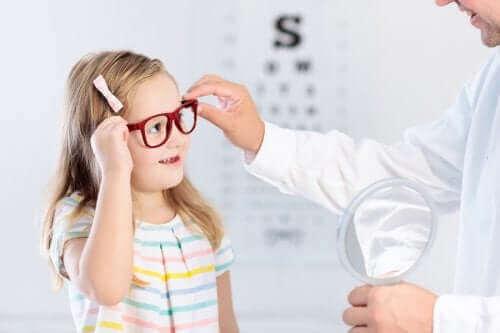 Момиче с очила на преглед при лекар