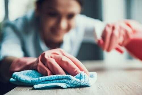 Как да използвате обезмаслител за почистване на петна