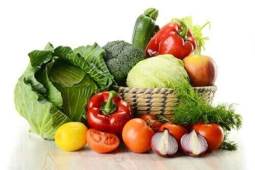Плодове и зеленчуци в голяма чиния