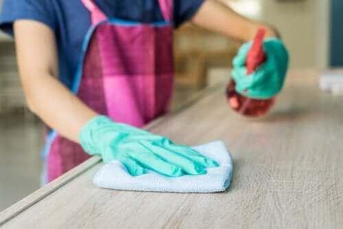 Почистване на дървени мебели