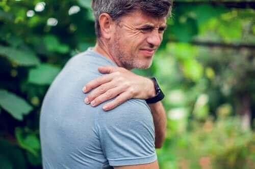 Синдромът на смъкнатото рамо: как се коригира?