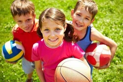 Три деца с топки в ръцете