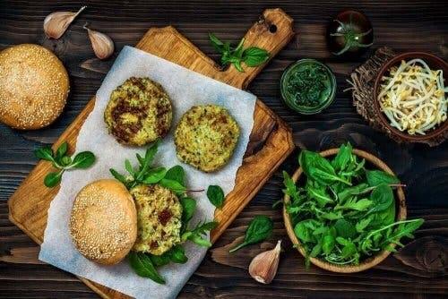 Вегетариански бургери с киноа: снимка на такива хамбургери в чиния