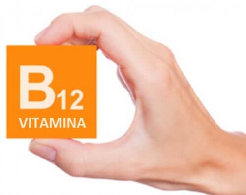"""Една ръка държи кутия с надпис """"Витамин Б12''"""