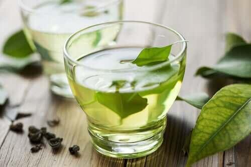 Облекчаване на лошото храносмилане: снимка на зелен чай в чаша