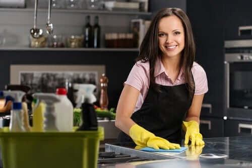 Обезмаслител за почистване на петна: жена почиства кухня