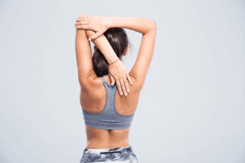 Снимка на жена в гръб и прави стречинг упражнения