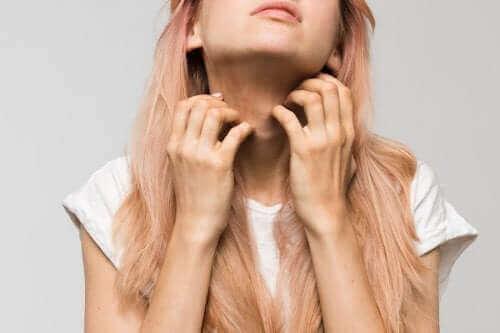 Млада жена с алергия по лицето и шията