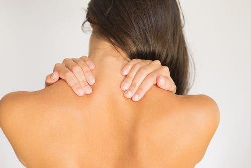 Синдромът на смъкнатото рамо: жена с такива рамене