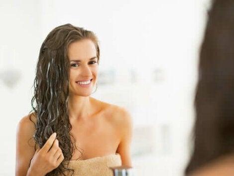 Балсам от моркови и кокос: снимка на млада жена след баня
